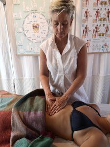 Totum kropstrapi går dybt og behandler med et holistisk menneskesyn. Denne behandlingsforn afhjælper stress, angst, manglende energi, rygproblemer m.m